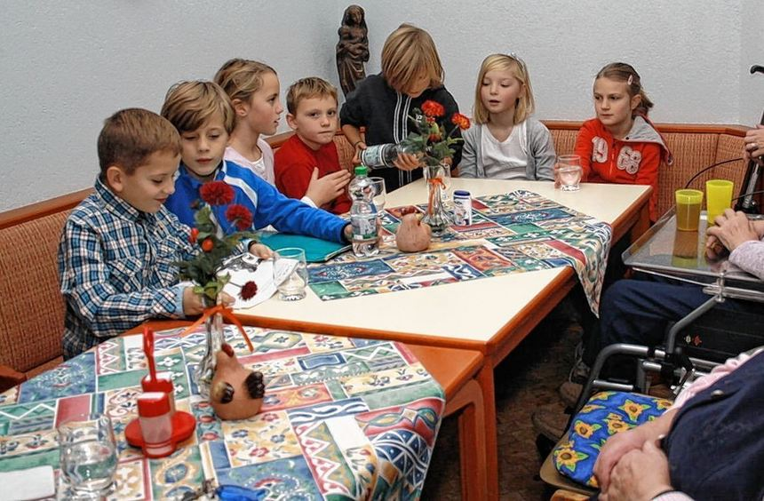 Schillerschüler lesen den Senioren des Alten- und Pflegeheims St. Elisabeth vor.