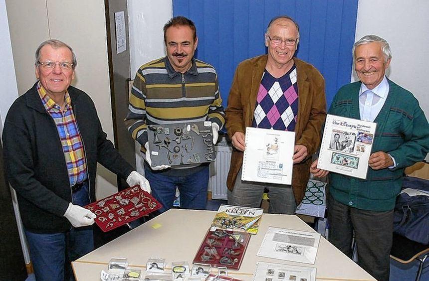 Günter Mössinger (v.l.), Kurt Dinges, Dietmar Borries und Alfred Hertling zeigen einige Schätze, ...