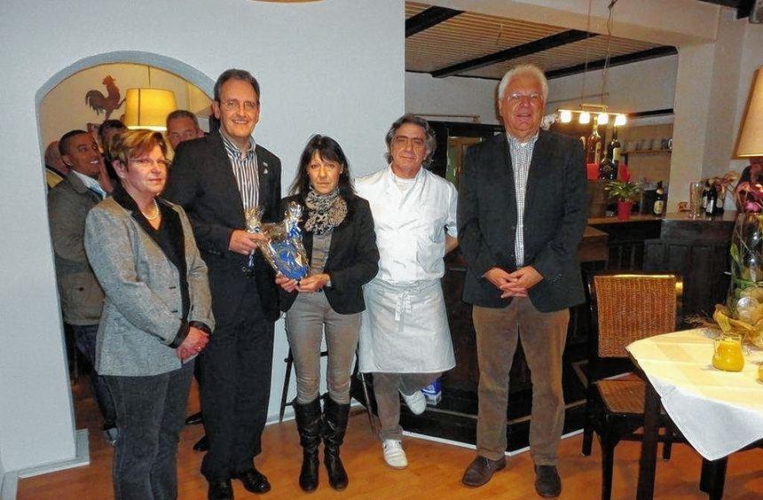 Bürgermeister Dr. Göck (2.v.l.) gratulierte der Pächterfamilie Knapp sowie den beiden ...