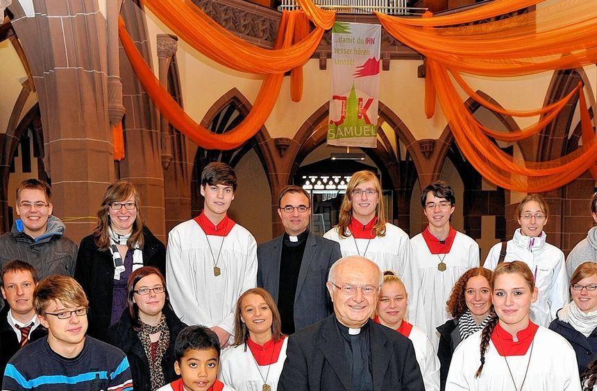 Bischof Robert Zollitsch (vorne) zusammen mit Ministranten, Jugendlichen und dem Stadtdekan Karl ...