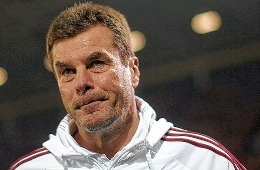 Nürnbergs Trainer Dieter Hecking steht mit seiner Mannschaft im Heimspiel gegen den FC Bayern ...