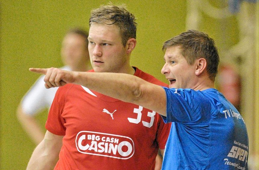 Patrick Eppers erhält Anweisungen von TVL-Trainer Bernd Massag. Die Lampertheimer wollen zwei ...