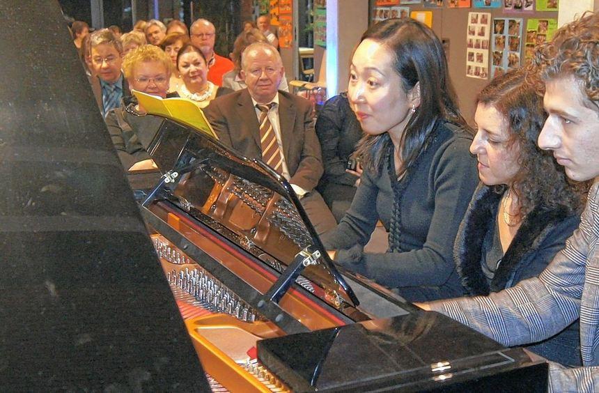 Ein Klavier, sechs Hände: Ju-Hee Oh, Svitlana Karikh und Dominik Salber (v.l.) spielen die ...