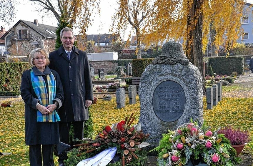 Ilvesheims VdK-Vorsitzende Margarete Schieß und Bürgermeister Andreas Metz am Kriegerdenkmal.