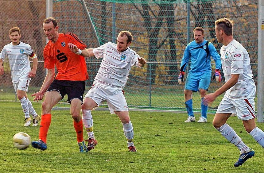 Der TSV Markelsheim (rot) besiegte im ersten Verbandsspielderby seit rund 40 Jahren den Nachbarn SV ...