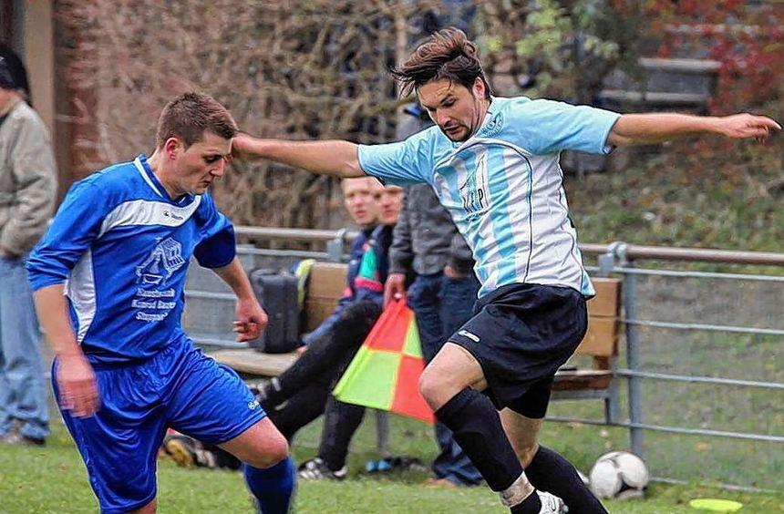 In der Kreisliga B 4 Hohenlohe unterlag Rengershausen Hohebach mit 0:1. In dieser Szene setzt sich ...