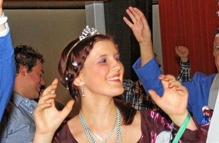 """Und dann die Hände zum Himmel: Prinzessin Jamira I. (li.), Garde-Mädchen (Mitte) und """"Miss Marple"""" ..."""