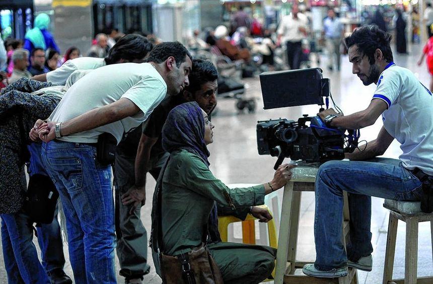 Szene aus dem Siegerfilm mit Niki Karimi (Mitte), die in ihrem eigenen Werk eine Regisseurin ...
