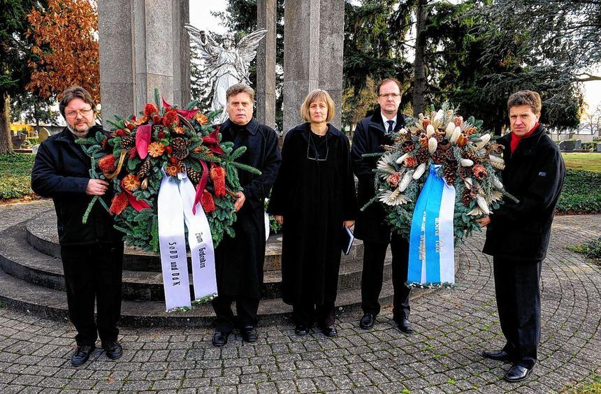 Kommune und Sozialverbände legten auf dem Neulußheimer Friedhof Kränze zum Volkstrauertag nieder. ...