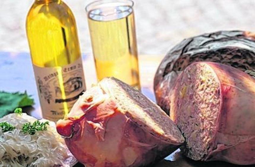 Mit Sauerkraut und einem Glas Riesling - so mundet der Saumagen.