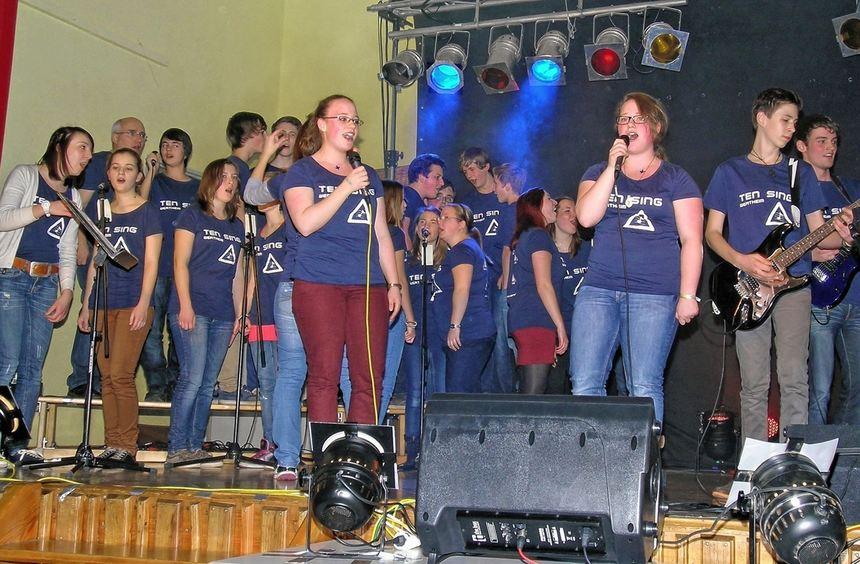 Mit ihrem tollen Auftritt begeisterten alle Akteure der Ten Sing Gruppe des CVJM Wertheim in der ...