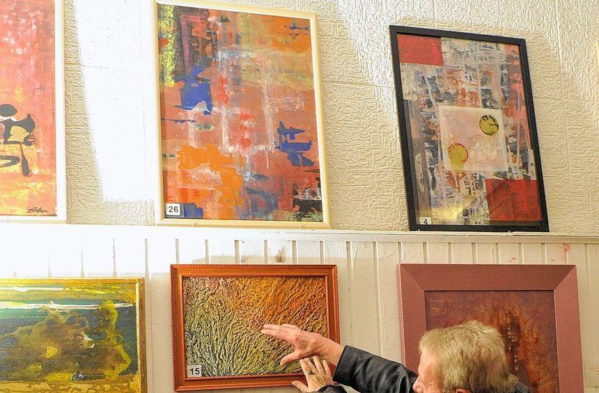 Der Künstler Rainer Blau (r.) erklärt einer Besucherin eine Arbeit auf einer Schieferplatte. Seine ...