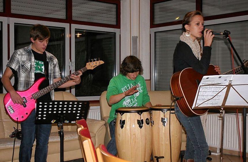 Die Jugendgottesdienste Jackpot unplugged in Boxberg werden immer von einer Band musikalisch ...