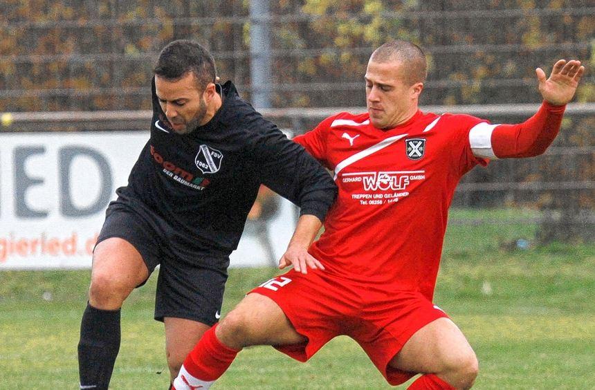 Raschid Hadi, hier gegen den Lampertheimer René Salzmann, besorgte die 1:0-Führung für ...