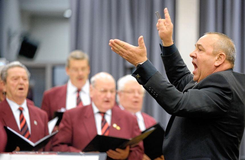 In den 20 Jahren, in denen Fritz Kappenstein den Liederkranz dirigiert, hat er den 50 Mann starken ...