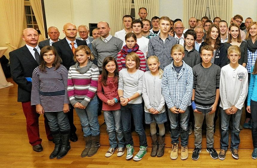 Viele Ehrungen für besonders erfolgreiche Sportler konnte Bürgermeister Dirk Elkemann vornehmen. ...