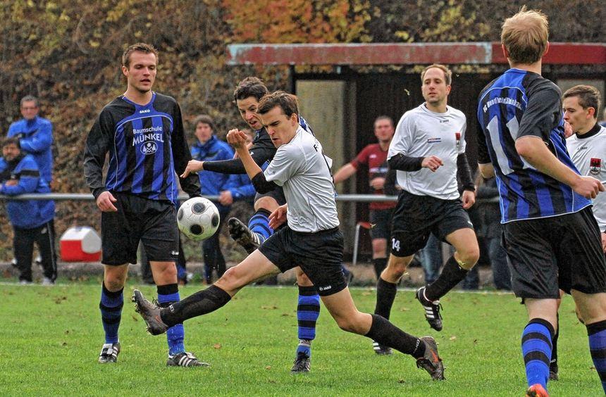 Mit dem 1:0-Erfolg über den FC Hundheim/Steinbach (hier mit Dominik Bork beim Schuss) schloss der ...