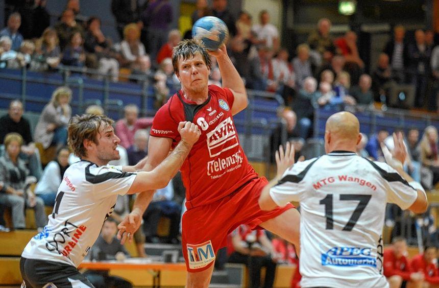 Jan Triebskorn (am Ball) traf für die HG Oftersheim/Schwetzingen beim Heimsieg zehnmal ins ...