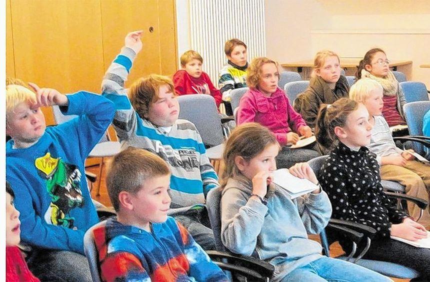 Gespannt verfolgten die jungen Zuhörer die Ausführungen von Martin Zeuch, der in der Alten ...