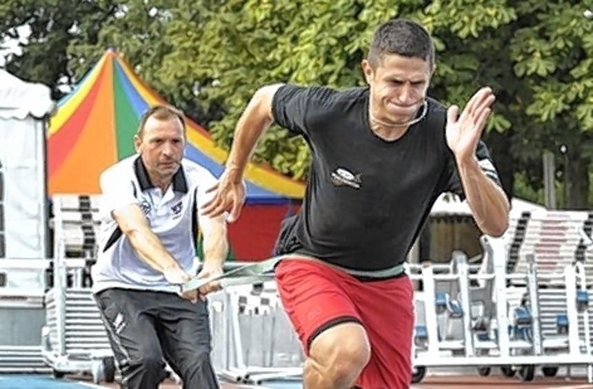Konditionstrainer Martin Müller (links) bringt Marcel Goc mit.