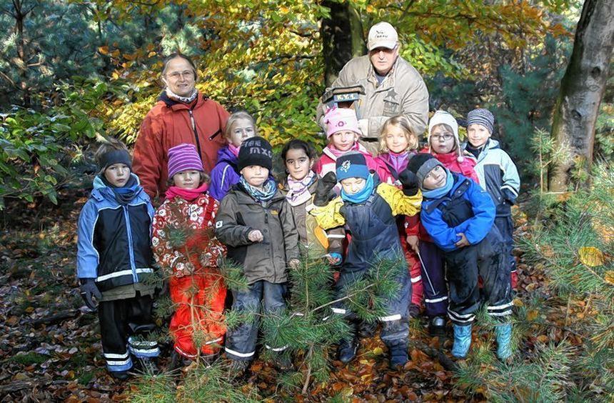 """Kleine Vogelfreunde aus dem Kindergarten """"In der Viehweide"""" haben mit Naturschützer Klaus ..."""