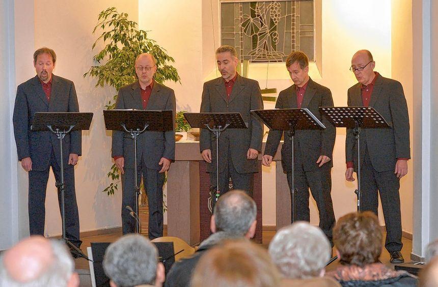 """Füllen den Altarraum mit ihren Stimmen: Die """"Wormser Zylinderköpp"""" sind zu Gast in der ..."""