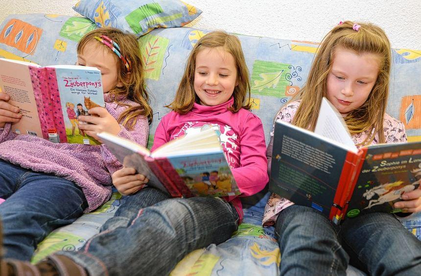 Nichts ist für die drei Ketscher Mädchen schöner, als in einer Kuschelecke in die Welt der ...