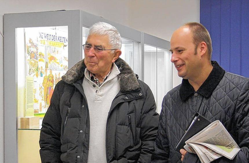 Rudi Dörr (l.) vom Verein für Heimatgeschichte und Pfarrer Arne Polzer im Austausch über Micky Maus ...