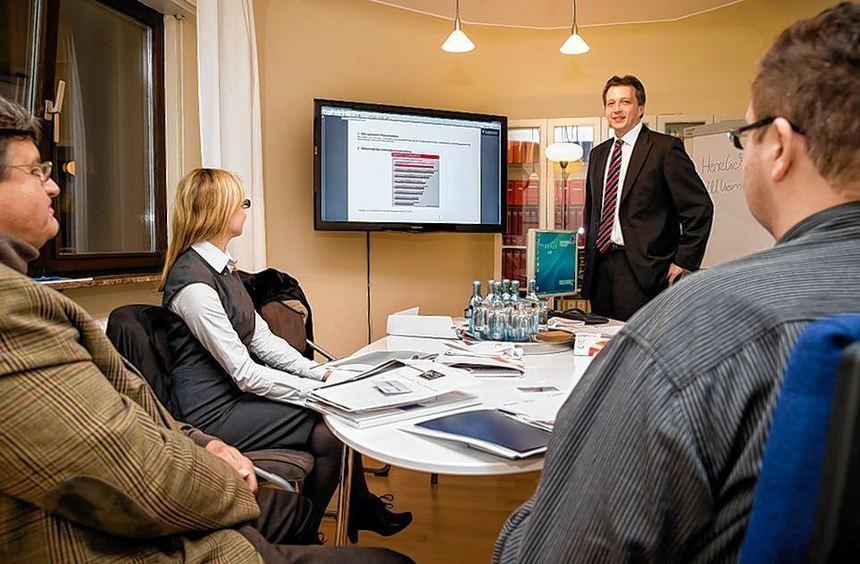 Steuerberater Tobias Bohn (Mitte) erläutert die häufigsten Defizite bei Unternehmens-gründungen und ...