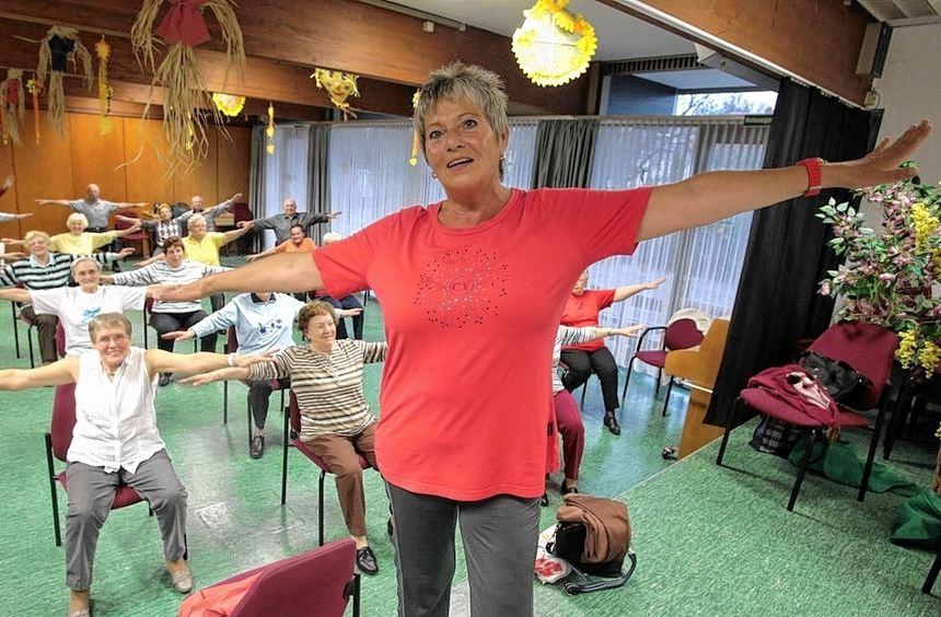 Gerlinde Weber stellt sich für den Fotografen mit dem Rücken zu den Senioren, die sie zu ...