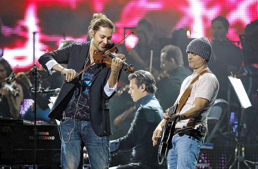 Bei seinem circensischen Rock-Klassik-Ansatz lässt sich David Garrett (links) von hochklassigen ...