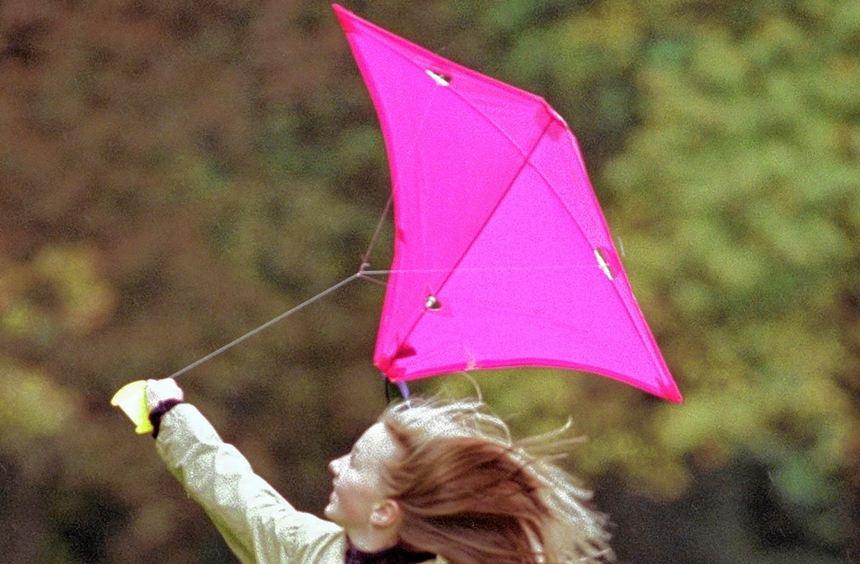 Wie im Fluge vergeht draußen die trübe Herbststimmung: Mit dem Drachen an der Leine vergnügten sich ...