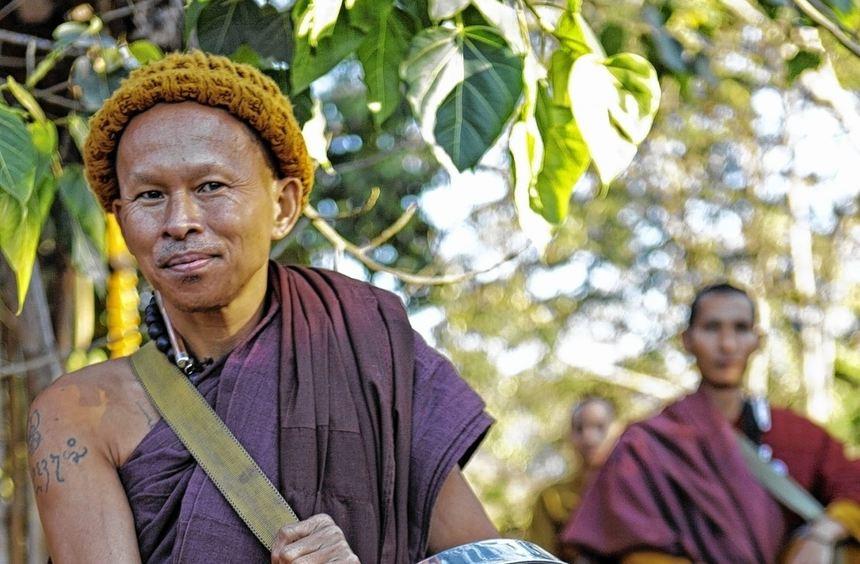 Hoch zu Ross sammeln und verteilen die Mönche im Norden Thailands Spenden zugunsten der weit ...