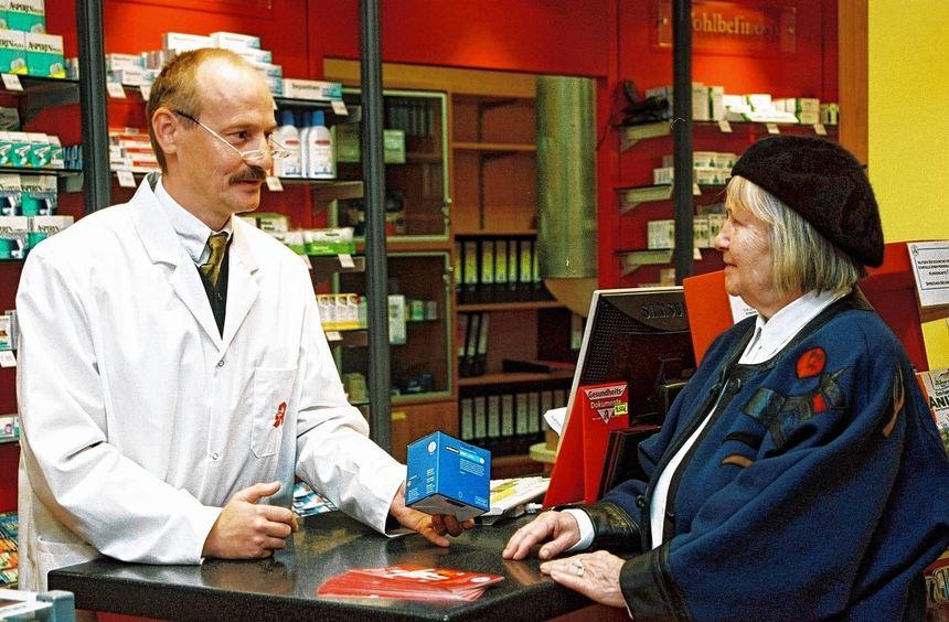 Wer befürchtet, zu viele Medikamente zu nehmen, kann den Apotheker um Rat fragen.