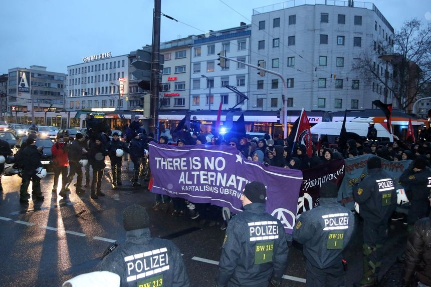 Massives Polizeiaufgebot bei der Demonstration der Anarchisten in Mannheim.