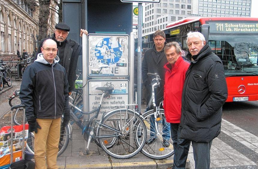 Wild parkende Fahrräder vor dem Verbotsschild der Stadt: Dr. Ludovic Roy, Rolf Dieter, Christopher ...