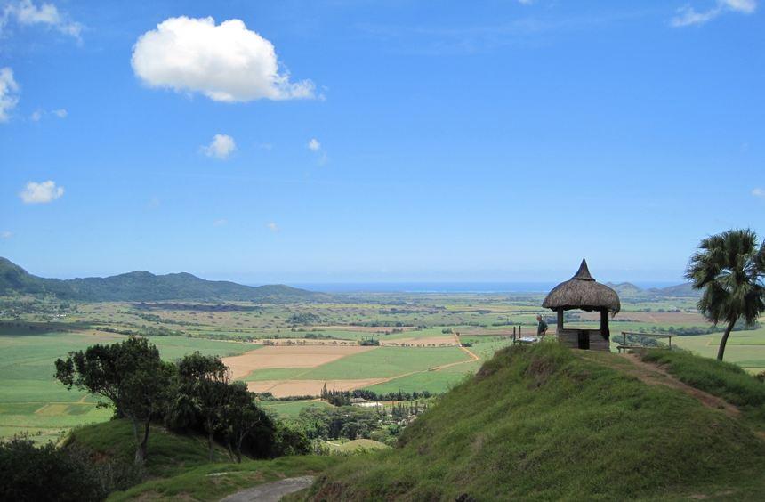 Der Blick von einem Hügel im Park Domaine de l'Etoile ins Tal und Richtung Indischer Ozean.