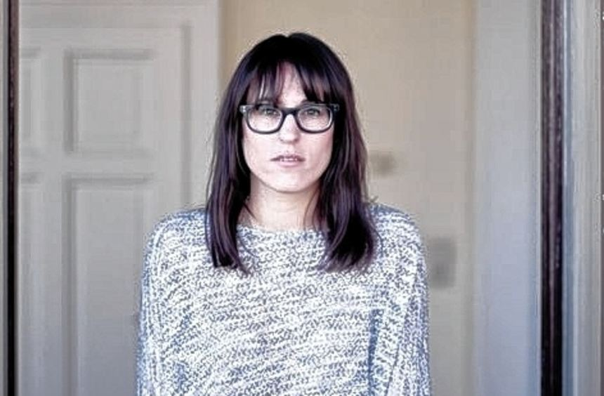 Die Hornbrille ist das Markenzeichen von Jasmin.