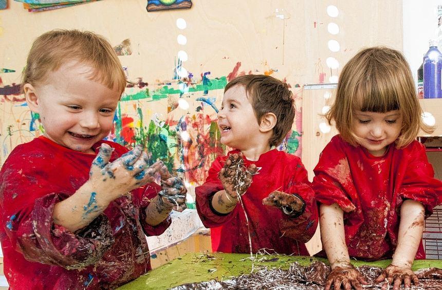 Frühkindliche Förderung kann richtig Spaß machen, wie die Kleinen auf unserem Bild überzeugend ...