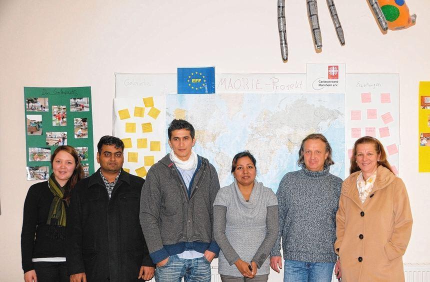 Teilnehmer des Orientierungskurses für Flüchtlinge mit Mitarbeitern des Caritas-Sozial- und ...