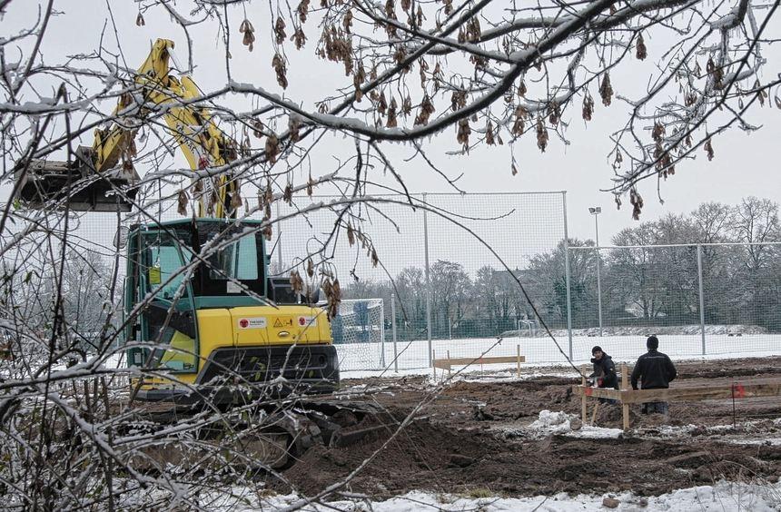 Trotz frostiger Temperaturen wird derzeit die Baugrube für den neuen Jugendtreff auf dem Gelände ...