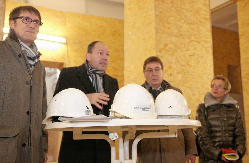 Die Bürgermeister Grötsch, Specht und Quast sowie Direktorin Lorenz (v. l.) rückten gestern auf der ...
