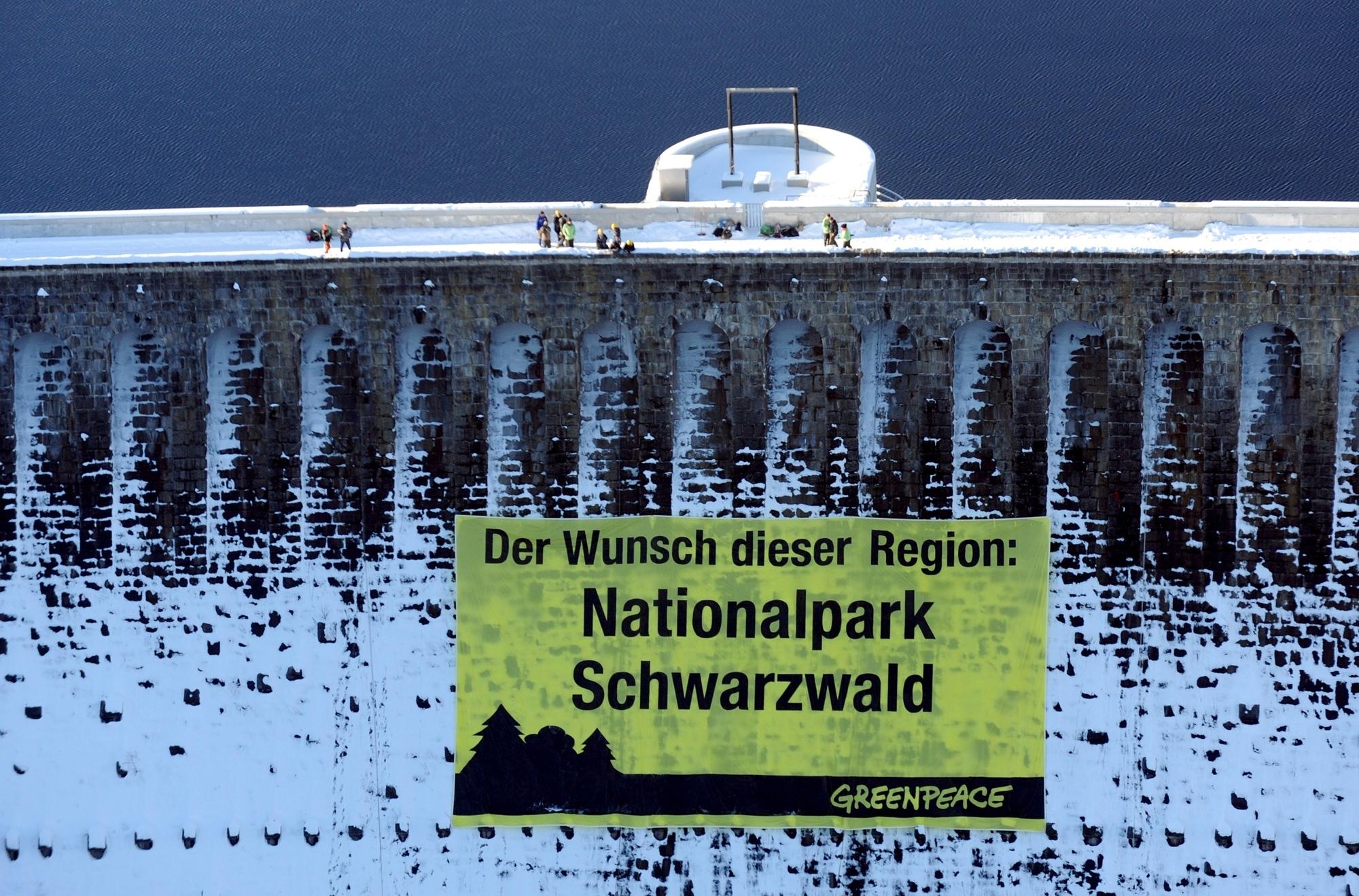 Nordschwarzwald: Ein Riesenbanner von Greenpeace-Aktivisten am Staudamm der Schwarzenbach-Talsperre
