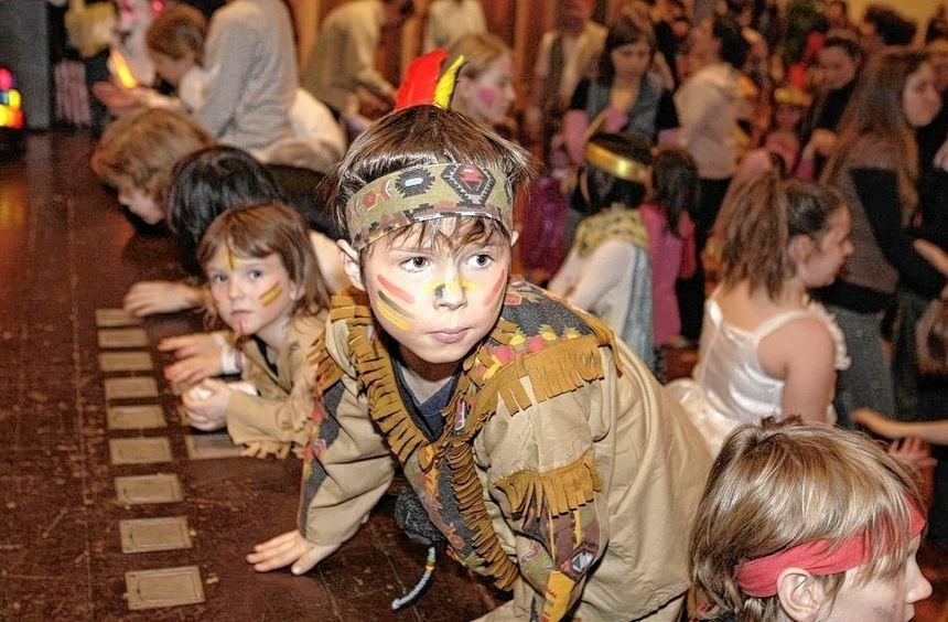Beim Kostümfest des KNAX-Klubs herrscht ausgelassene Stimmung. Verschiedene Vereine sind ebenfalls ...