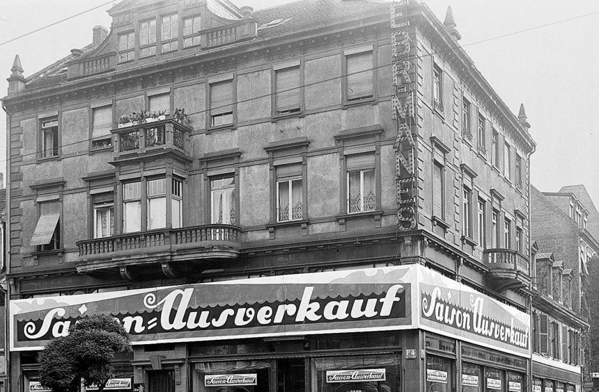 Jakob Manes musste seine Geschäft in P 4 an Wilhelm Maier verkaufen, der ihn in SA-Uniform ...