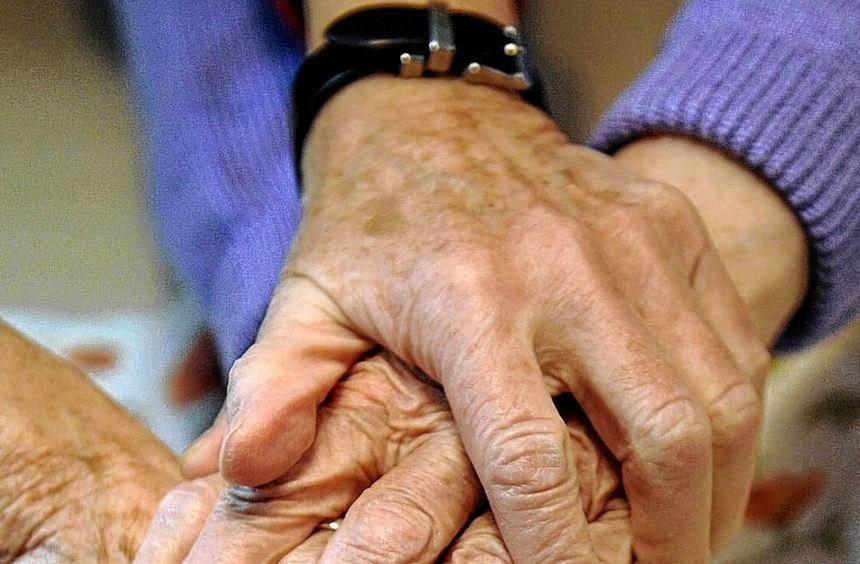 In einer Pflege-Wohngemeinschaft kann es monatliche Zuschüsse geben.