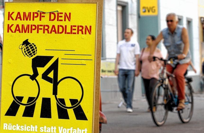 Ein Plakat aus Berlin verdeutlich die aufgeheizte Situation zwischen einigen Radfahrern und dem ...