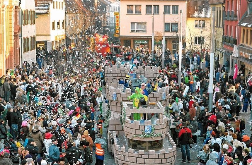 In Schwetzingen ziehen die Narren am Dienstag durch die Straßen. Der Zug hat über 100 Gruppen.