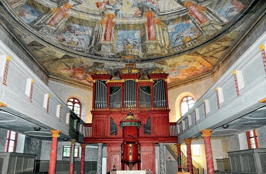 Der Innenraum der evangelischen Kirche soll neu gestrichen werden. Holzarbeiten und ein Anstrich ...
