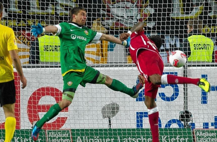 Da war der Drops gelutscht: Idrissou köpft das 2:0 für den 1. FC Kaiserslautern. Dresdens Torwart ...